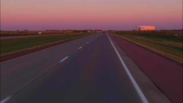 vídeos de stock e filmes b-roll de car point of view driving along highway at dusk / rapid city, south dakota - rapid city