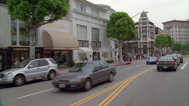 vidéos et rushes de car point of view driving along rodeo drive / stopping at intersection with dayton way / beverly hills, california - vue subjective d'une voiture