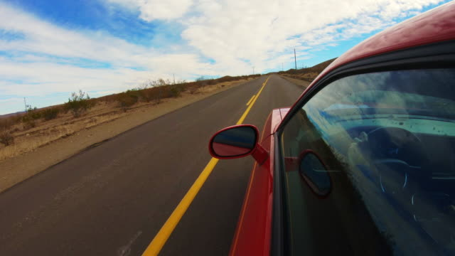 stockvideo's en b-roll-footage met car point of view driving in a straight road at the california desert. - tweebaansweg