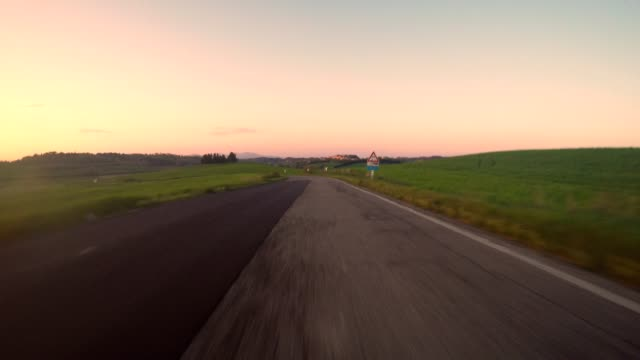 イタリアの丘の運転車の視点 - 4k解像度点の映像素材/bロール