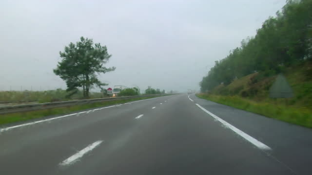 vidéos et rushes de car point of view driving on a4 autoroute between strasbourg and metz on rainy day / france - autoroute
