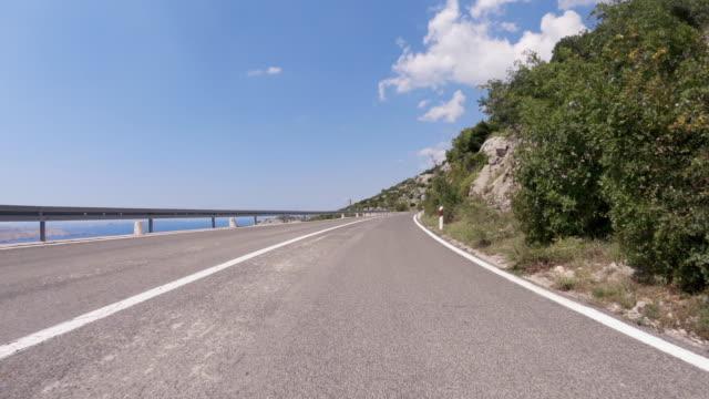 auto-sichtfahren auf der küstenstraße - winding road stock-videos und b-roll-filmmaterial
