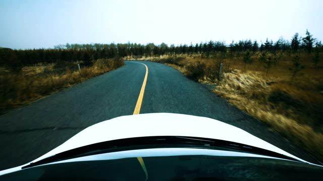 vídeos de stock, filmes e b-roll de carro ponto de vista de condução em estrada - ponto de vista de câmera