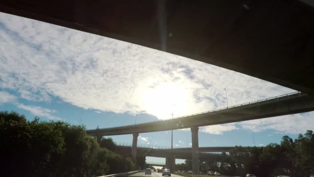 vídeos de stock e filmes b-roll de car point of view driving through an interchange, motorway junction and under overpasses or ramps, australia - nó de junção de autoestrada
