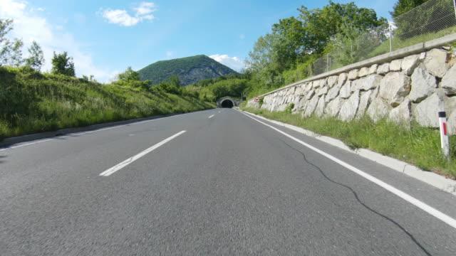 vídeos de stock e filmes b-roll de car point of view entering a tunnel - túnel