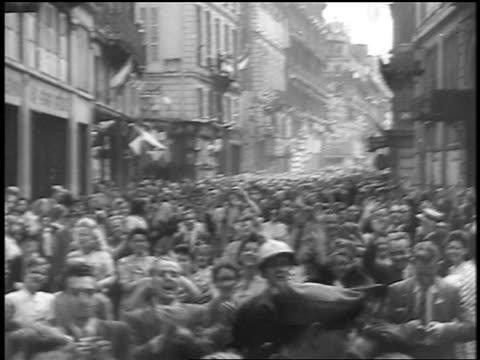 vidéos et rushes de car point of view happy crowds running thru streets at liberation of paris / documentary - liberté