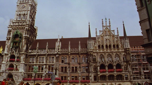 car point of view marienplatz with crowd / tilt up tower of neues rathaus / munich, germany - rathaus stock videos & royalty-free footage