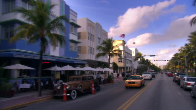 car point of view moving down ocean drive/ miami beach, florida - マイアミ点の映像素材/bロール