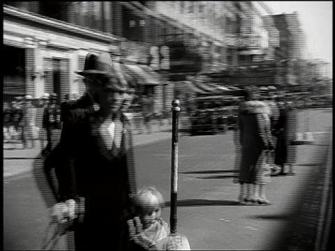vídeos de stock, filmes e b-roll de b/w car point of view of harlem sidewalk with people + stores / new york city - 1920