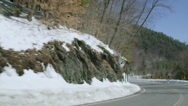 car point of view of vehicles driving on mountain road during winter - winter点の映像素材/bロール