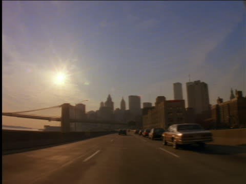 vídeos de stock, filmes e b-roll de car point of view on fdr drive toward bridge and skyline / nyc - 2001