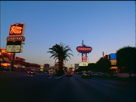 vídeos y material grabado en eventos de stock de car point of view on las vegas strip past casinos + hotels at dusk - 1996