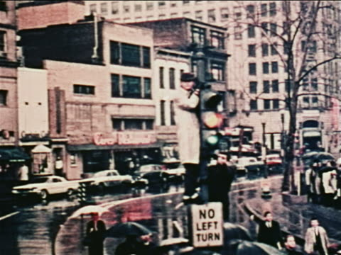 vídeos de stock e filmes b-roll de 1962 car point of view past man standing on top of sign on traffic light tipping hat at john glenn in parade - super exposto