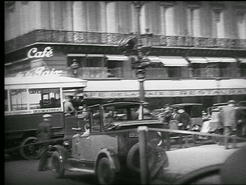 vidéos et rushes de b/w 1926 car point of view past side of l'opera garnier turning toward cafe de la paix / paris, france - lieu touristique