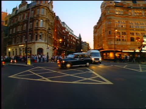 vídeos de stock e filmes b-roll de car point of view past streets + buildings / cambridge square / london, england - 1990 1999