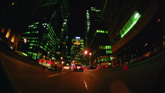 fisheye car point of view time lapse driving towards metlife building down park avenue / nyc - metlife hochhaus stock-videos und b-roll-filmmaterial