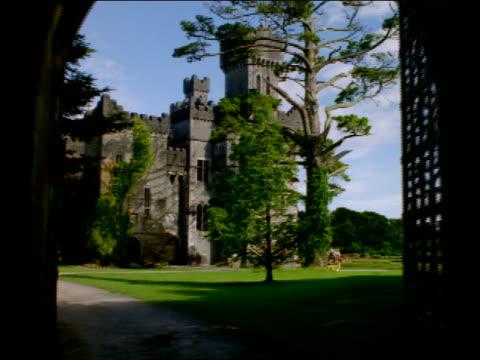vidéos et rushes de car point of view toward ashford castle with horse + buggy / ireland - herbivore