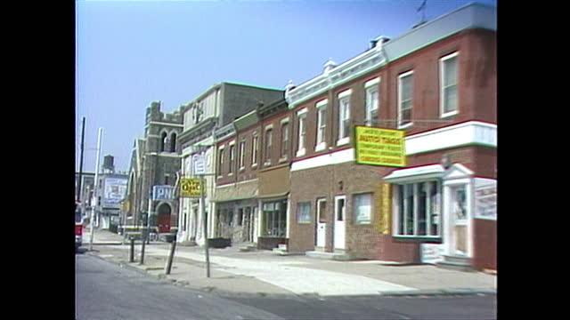 vidéos et rushes de car pov along a residential street in philadelphia. - philadelphie
