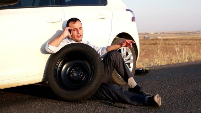 vídeos de stock, filmes e b-roll de problemas de carro - plano descrição geral
