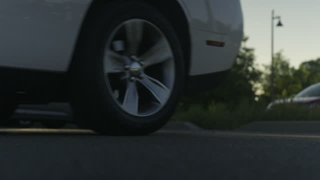 car pulling away. - parking 個影片檔及 b 捲影像