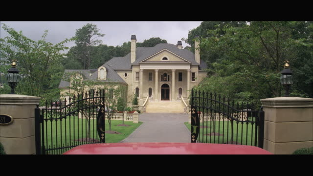 vídeos de stock e filmes b-roll de pov car pulling into mansion / atlanta, georgia, usa - terreno