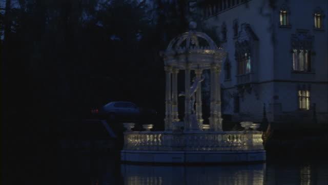 vidéos et rushes de a car pulls up to the entrance of a palatial estate. - palace
