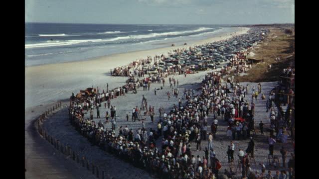car race at daytona international speedway daytona beach florida usa - circuito di daytona video stock e b–roll