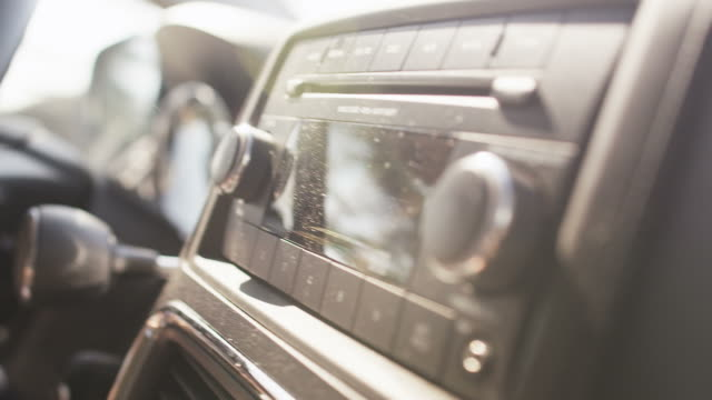 stockvideo's en b-roll-footage met car radio - radio