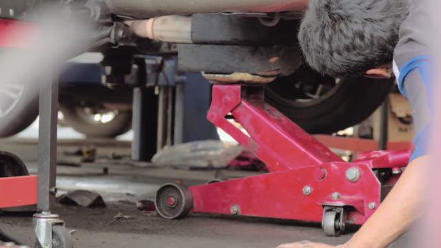vídeos y material grabado en eventos de stock de / 4 k uhd apple prores (hq): reparación de automóviles. garaje de reparación. servicio de automóvil. - carrocería