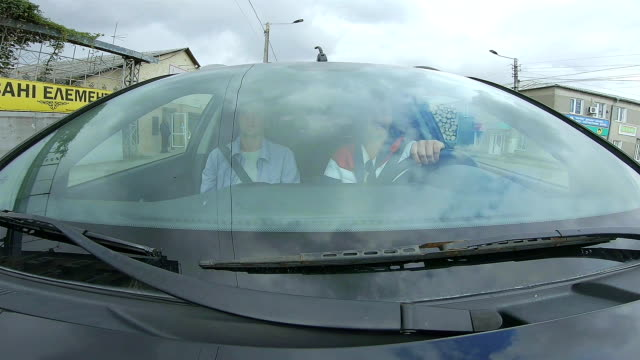 地方の町の道路に車が乗る。 - フロントガラス点の映像素材/bロール