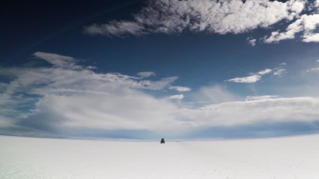 a car rides over the uyuni salar - ウユニ塩湖点の映像素材/bロール