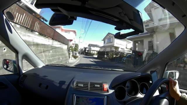 町の道路に沿って乗る車 - フロントガラス点の映像素材/bロール