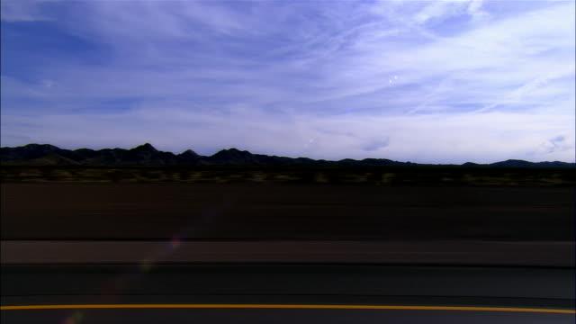 vidéos et rushes de side pov, car riding on highway, boulder city, nevada, usa - comté de clark nevada