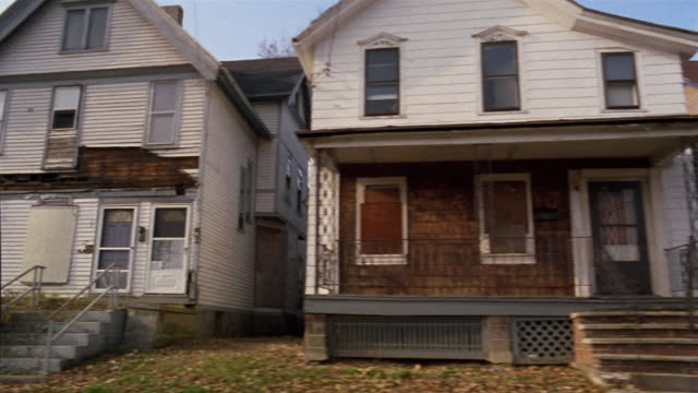 vídeos de stock, filmes e b-roll de side pov car riding through abandoned residential district, rochester, new york, usa - com fome