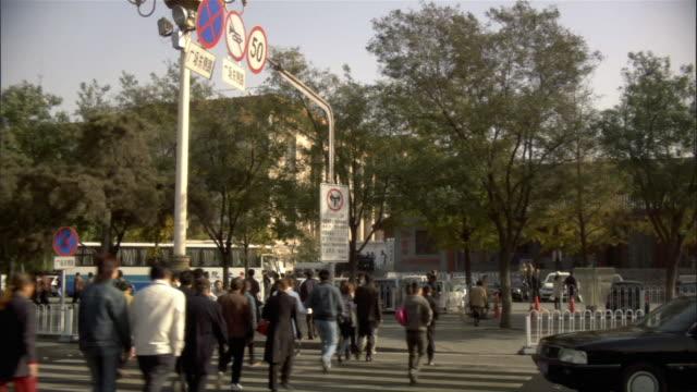 side pov, car riding through city, beijing, china - 中国国家博物館点の映像素材/bロール