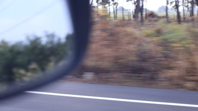 vídeos y material grabado en eventos de stock de espejo lateral de coche con pavimento asfáltico rústico. - retrovisor exterior
