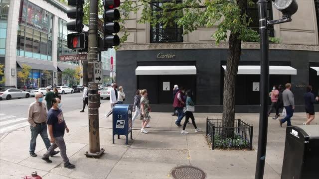 vidéos et rushes de car side view of people wearing protective face mask walk and shop in chicago amid the 2020 global coronavirus pandemic. - instrument de mesure du temps