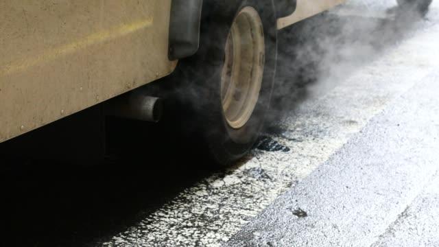 vidéos et rushes de fumée de smog de voiture - voiture particulière