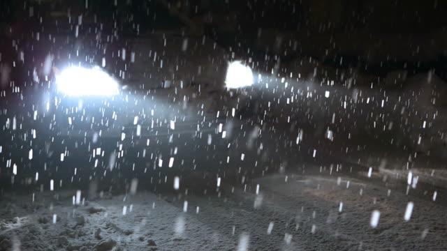 hd: mietwagen stehen bei starkem schneien - eingefroren stock-videos und b-roll-filmmaterial