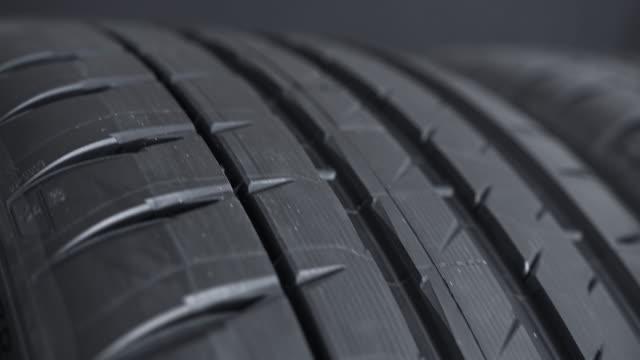 vídeos y material grabado en eventos de stock de ruedas de neumáticos de calle para automóviles - neumatico