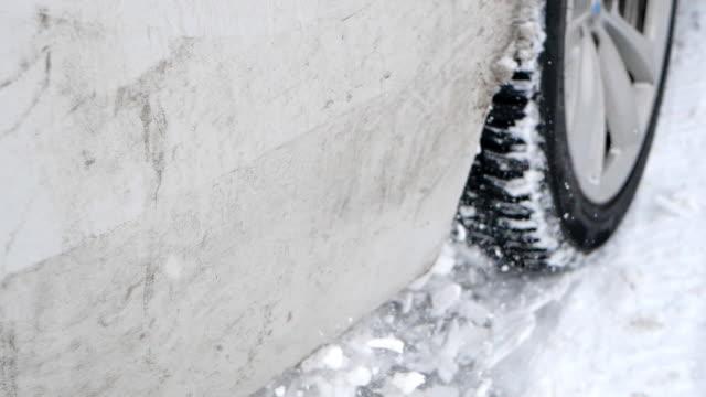 vidéos et rushes de véhicule coincé en hiver, pulvérisant la neige au-dessus de l'appareil-photo - être à l'arrêt
