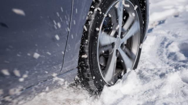 auto steckte im winter fest, sprühte schnee über kamera - rutschen stock-videos und b-roll-filmmaterial