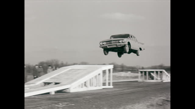 vidéos et rushes de ws ts car stunt, jumps from ramp to ramp on road / united states - exploit sportif
