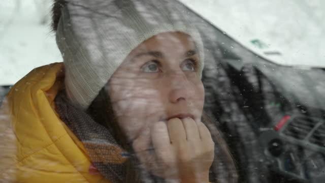 auto pov. eine pause einlegen, während sie nach dem ersten schneefall im schnee fahren. winterurlaub in einem skigebiet. beifahrer schaut durch das autofenster nach draußen. - auffahrt stock-videos und b-roll-filmmaterial