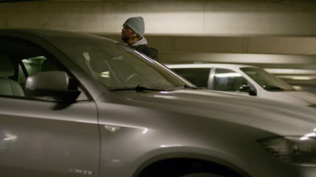 vídeos y material grabado en eventos de stock de car thief using tool to open door then leaving due to alarm flashing / provo, utah, united states - ladrón