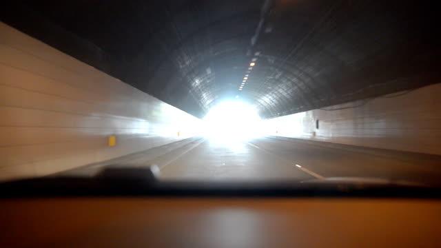 Auto durch den tunnel