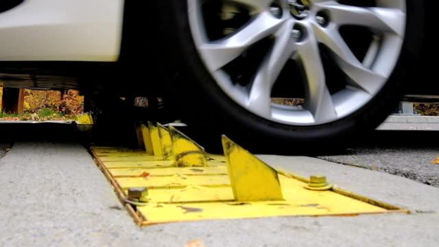 bil däck barriär - spetsig bildbanksvideor och videomaterial från bakom kulisserna
