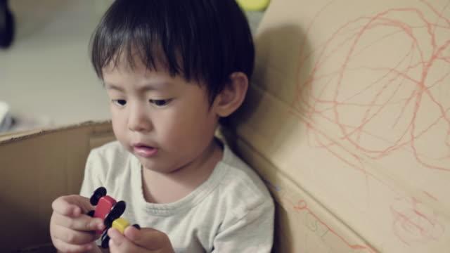 vídeos de stock, filmes e b-roll de carro de brinquedo na mão de bebê - só um bebê menino
