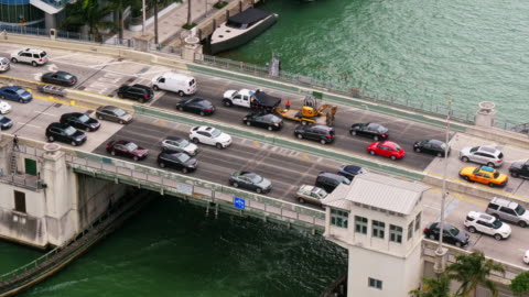 car traffic on brickell avenue bridge in miami downtown. view from above. medium shot - 跳開橋点の映像素材/bロール