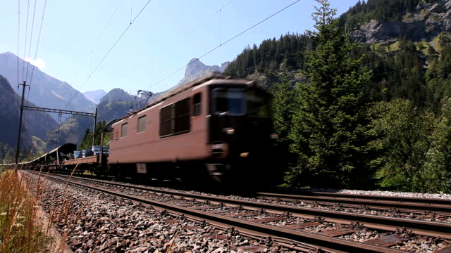 auto train in kandertal - schienenverkehr stock-videos und b-roll-filmmaterial